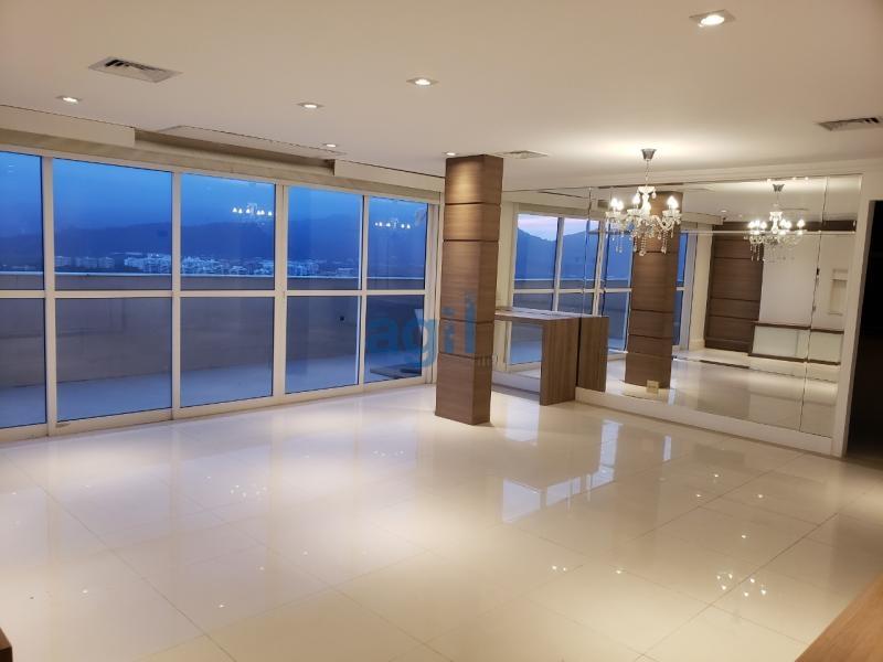 Ágil Vende Cobertura linear no Barra Bonita/Recreio, com 215 m². Pode ser ampliada para o segundo andar (TEM AUTORIZAÇÃO DA PREFEITURA). Composta de 3 quartos (sendo 1 suíte com closet e acesso ao varandão), Sala ampla em 2 ambientes, Lavabo, Banheiro Social com blindex, Cozinha Planejada totalmente nova (Favorita), Varandão com espaço gourmet, Churrasqueira, Piscina com deck em madeira e Cascata COM HIDROMASSAGEM. Piso em porcelanato, Ar condicionado em todos os cômodos, sendo o da sala central. Condomínio com total área de lazer.  OBS.: A COZINHA E SALA FICARÃO COMPLETA POIS TODOS OS ELETROS SÃO EMBUTIDOS: COIFA/ FOGAO/ 2 MICROONDAS/ 1 LAVA LOUÇAS TODOS BRASTEMP GOURMAND.  SALA: RACK, BAR E BUFFET.