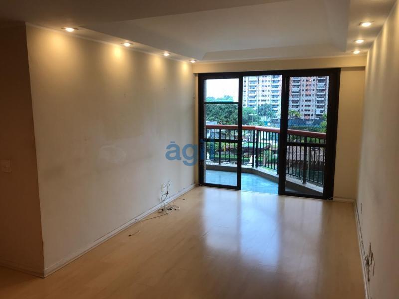 Ágil Vende Barra (Parque das Rosas), Apartamento em Condomínio com Excelente Padrão; Planta Ótima; composto de: 2 Qts (1 Suíte com Closet), Sala em